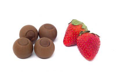 Bombón de chocolate con leche y fresa